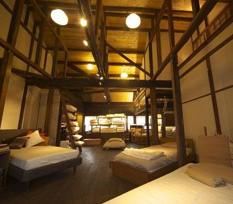 寝室(ねむろ)のある老舗布団店で、眠りについて考える